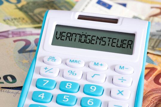 Vermögensteuer, Taschenrechner und Euro Banknoten
