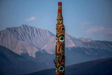 Fototapeta totem pole on the mountain obraz
