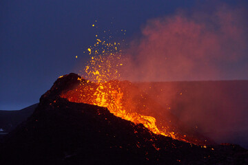 Active erupting volcano at night Fototapete