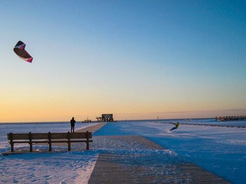 Kitesurfen am Strand im Winter St. Peter-Ording