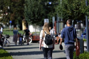 Obraz Para młodych ludzie wypoczywają, spacerują na deptaku, we Wrocławiu. - fototapety do salonu