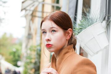 Fototapeta Piękna młoda kobieta pozuje w mieście  obraz