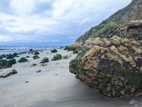 des cailloux et rochers sur la plage à trouville sur mer en normandie. pebbles and rocks on the beach at Discoveries Sur Mer in Normandy