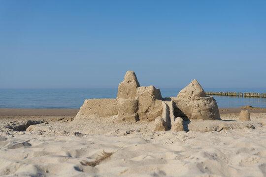 Sandburg am Strand von Kolberg an der polnischen Ostseeküste