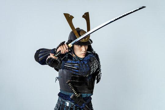 刀を振る鎧武者 サムライ 侍 武士 武将
