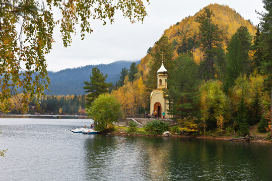 Tourists love to come on weekends to relax on the shores of beautiful Emerald Lake, admire the picturesque autumn landscape and visit the Orthodox chapel of the Prophet Solomon