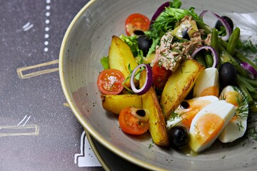 Fototapeta sałatka z tuńczykiem śniadanie jedzenie  obraz