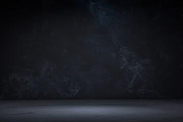 Donkere achtergrond met betonnen vloer en rook erop