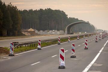 Fototapeta Remont drogi szybkiego ruchu w tle budowa wiaduktu z widoczną częścią konstrukcji na jednym pasie ruchu obraz