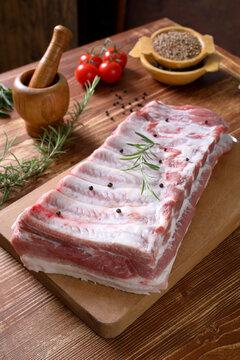 Carne cruda di maiale pancetta con osso