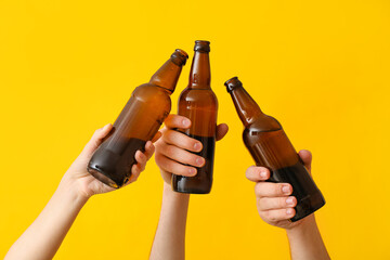 Fototapeta Hands with bottles of beer on color background obraz