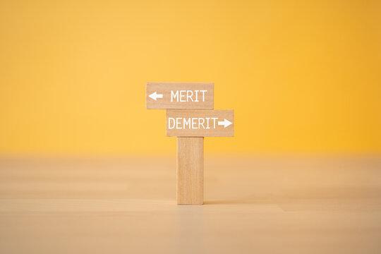 「MERIT」「DEMERIT」と書かれた積み木