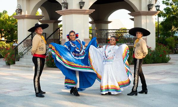 Dos parejas de bailarines Folklore Mexicano