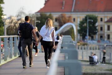 Fototapeta Para młodych ludzie, kobieta i mężczyzna spaceruje po moście we Wrocławiu. obraz