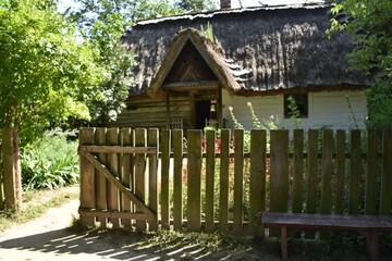 Fototapeta Wiejska chata i drewniany płot obraz