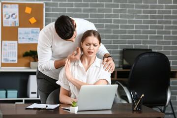 Obraz Boss harassing his secretary in office - fototapety do salonu