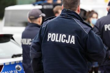 Fototapeta Polscy policjanci w niebieskim mundurze na zabezpieczeniu imprezy w mieście. obraz