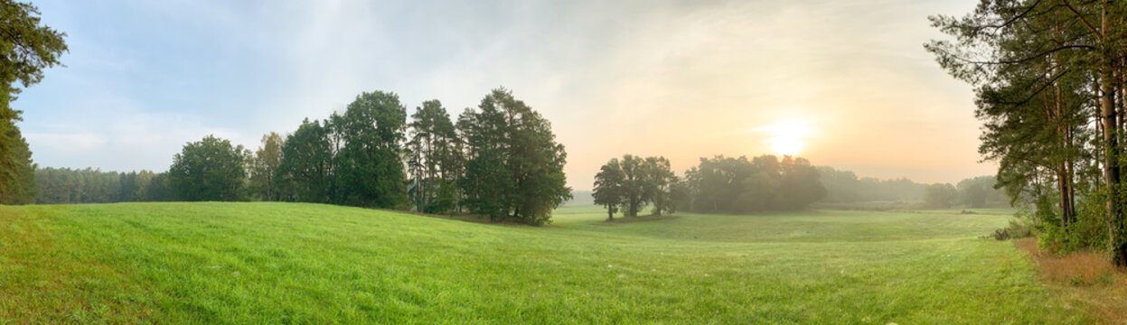 Ein Panorama von einer typischen Landschaft im Land Brandenburg, Deutschland. Es ist früher Morgen im Herbst.