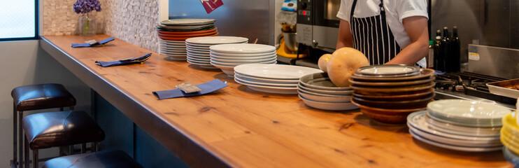 Fototapeta レストランのカウンターテーブル 厨房と料理人 obraz