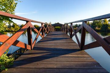Fototapeta Drewniany mostek na jeziorku obraz