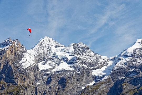 Parapentiste dans les alpes Suisses