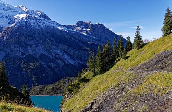 Le lac Oeschinensee dans les alpes Suisses
