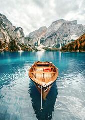 Fototapeta Holzboot im Bergsee obraz