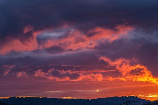 Allassac (Corrèze, France) - Ciel tourmenté au coucher du soleil