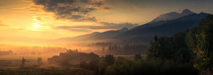 Fototapeta sunrise in the mountains obraz