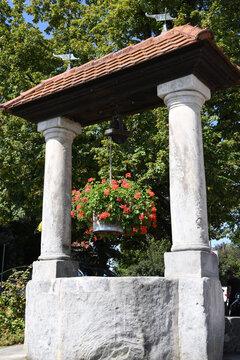 Im Jahre 1730 wurde der nun denkmalgeschütze alte Brunnen mit zwei Steinsäulen im fränkischen Marloffstein nahe Erlangen erbaut.