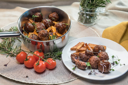 Stewed meatballs in cheese sauce