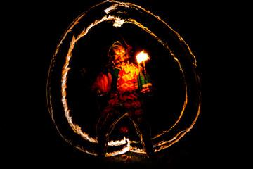 Fototapeta Nocny rycerz w blasku ognia pochodni obraz