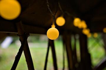 Fototapeta Ozdobne lampki LED wewnątrz altanki. obraz