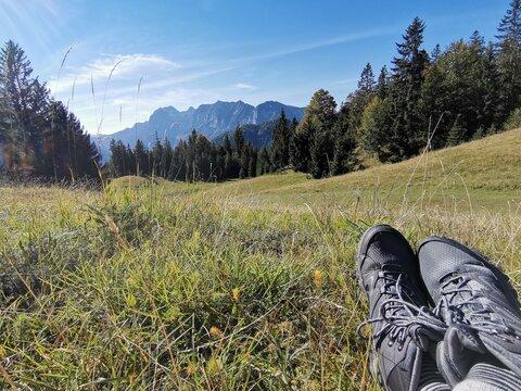 Picknick und Wanderschuhe mit schönem Ausblick