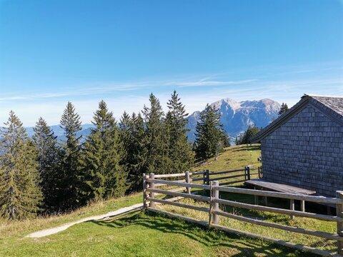 Hütte und ein Holzzaun auf einem Berg