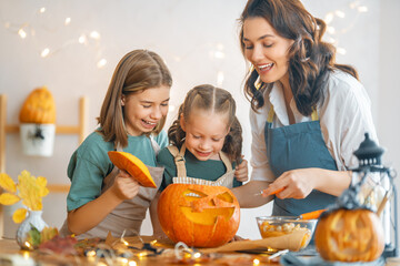 Obraz family preparing for Halloween - fototapety do salonu