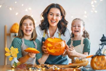 Fototapeta family preparing for Halloween obraz