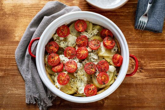 cibo tradizionale patate pomodori e mozzarella cotti in forno