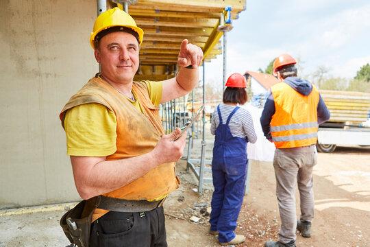 Bauarbeiter mit Tablet Computer auf der Baustelle