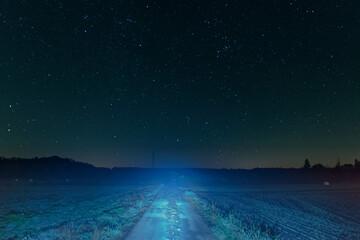 Fototapeta Polna droga nocą. W tle rozgwieżdżone niebo. obraz