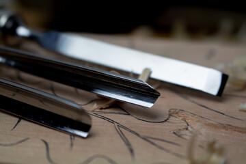 Fototapeta Dłuta rzeźbiarskie z rzeźbioną deską i wiórami.  obraz