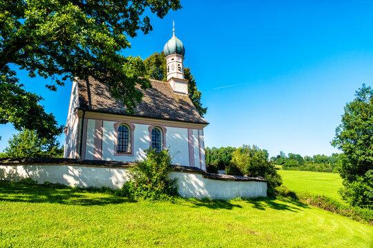 Barocke Kirche St. Georg bei Ramsach am Murnauer Moos