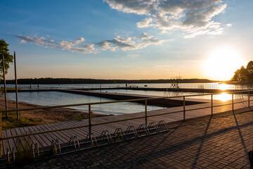 giżycko jezioro słońce zachód słońca wschód słońca pomost mostek plaża warmia mazury