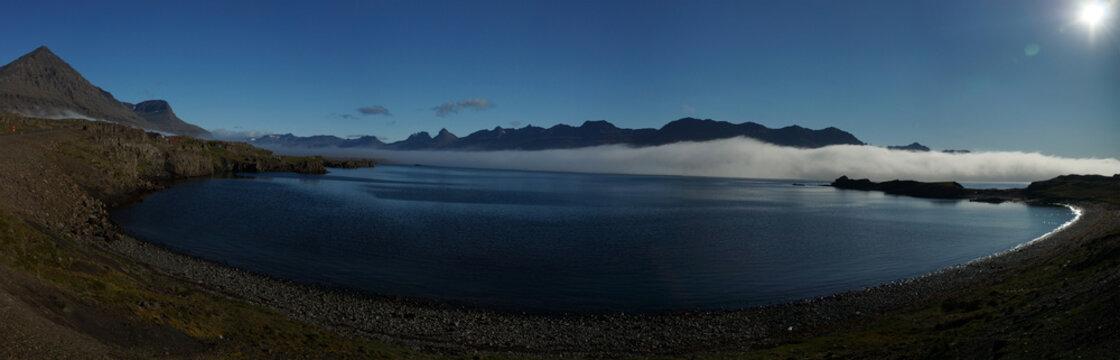 Morgensonne über den Ostfjorden in Island