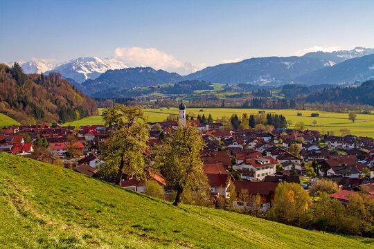 Blick auf Altstädten im Allgäu - Frühling - Berge - Alpen