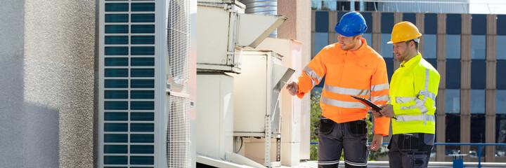 Obraz An Electrician Men Checking Air Conditioning Unit - fototapety do salonu