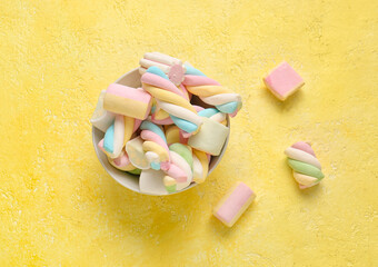 Obraz Bowl with sweet twisted marshmallows on color background - fototapety do salonu