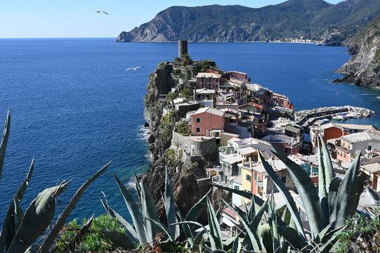 Vista sul borgo di Vernazza nel promontorio a picco sul mare dal sentiero per Corniglia