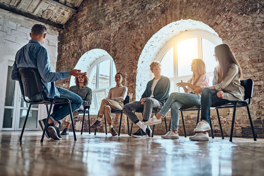 Picture of support group during meeting with professional therapist.