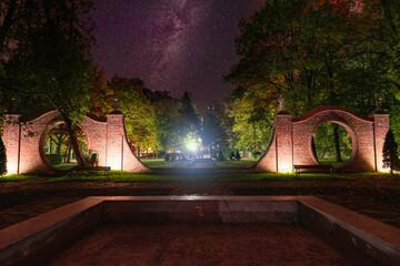Obraz Zabytkowe budowle noszące nazwę Bram Księżycowych w miejscowości Iłowa w zachodniej Polsce. Jest noc, ciemności rozświetlają lampy elektryczne. - fototapety do salonu